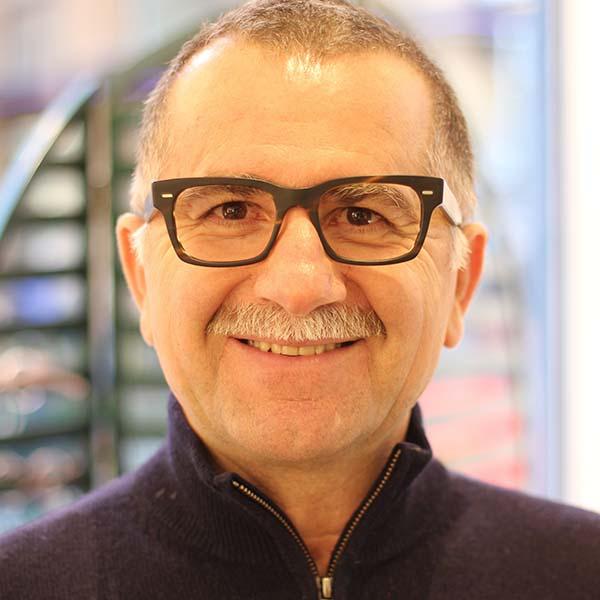 Stämningsspridaren Stefanos funderar på ännu ett par fina glasögon till sin  glasögongarderob. Senast blev det runda Lindberg och nu funderar han på ett  par ... abbb7d507733b